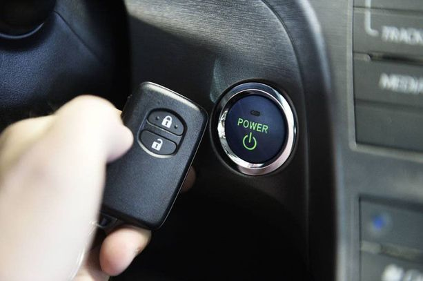 Avaimeton auto käynnistetään painikkeella eikä ovien avaamiseenkaan tarvita avainta.