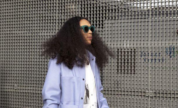 Mykke Hoffmann -henkinen takki ei kaipaa seurakseen muuta kuin avoimet hiukset ja raikkaan t-paidan.