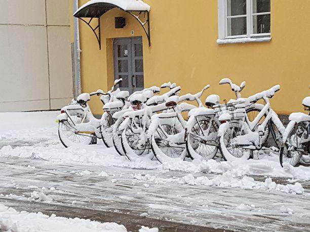 Paksu lumikerros peitti ulos pysäköidyt polkupyörät Tampreella.