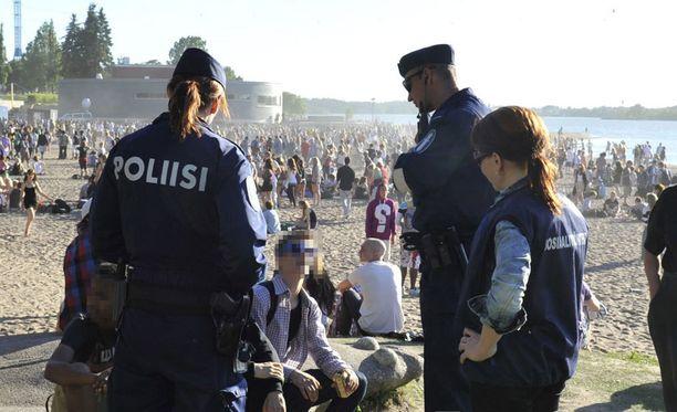Poliisi valvoo juhlakansaa tehostetusti lauantaina.