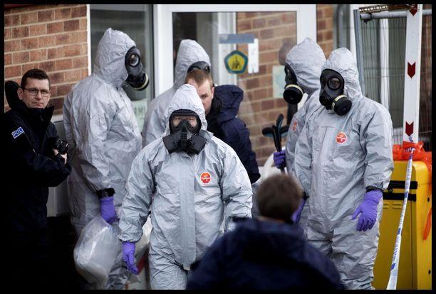 Rikostutkijat ovat tutkineet täydessä varustuksessa Salisburyn avainpaikkoja, joissa Skripalit kävivät ennen kuin joutuivat koomaan.
