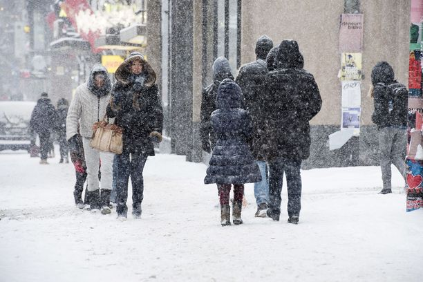 Alkuviikon sateet ovat tuoneet vielä runsain mitoin lisää lunta suureen osaan maata. Jatkossa sateita voi odottaa lähinnä vetenä. Kuvituskuva.