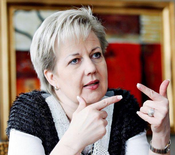 """Kokoomuksen entinen kansanedustaja ja ministeri Suvi Lindén, 56, on nostanut sopeutumiseläkettä yhtäjaksoisesti vuodesta 2011. Lindén oli """"eläkkeelle"""" jäädessään 49-vuotias."""