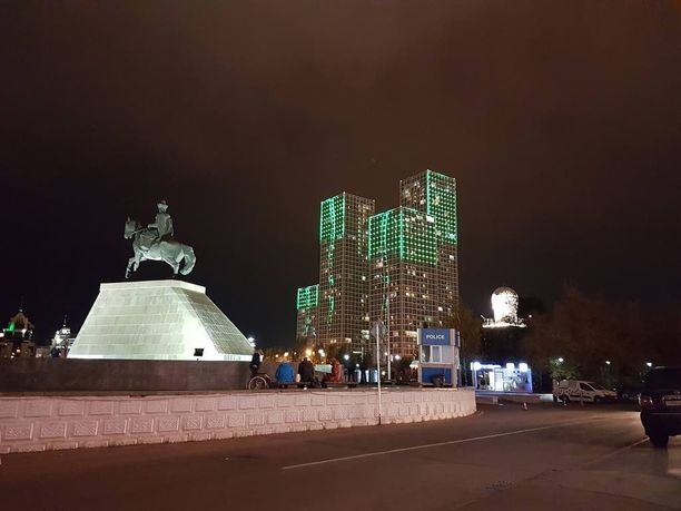 Astanassa taloissa on vilkkuvia valoja.