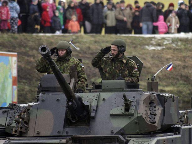 Paraatiin osallistui myös hollantilaisia Nato-joukkoja.