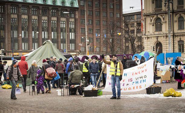 Turvapaikanhakijat ovat osoittaneet mieltään Rautatientorilla jo viikkoja.