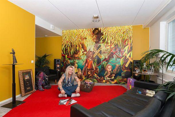 Olli Herman sisusti asunnosta taidegalleriamaisen tilan, jota hallitsee kookas Nopea mieli -taideteos Ollin lempitaiteilijalta Minna Jatkolalta. Lattialla on kierrätettyä punaista mattoa Tampereen itsenäisyyspäivän vastaanotolta.