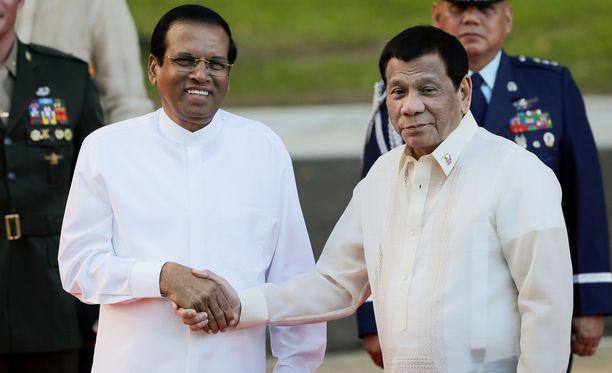 Sri Lankan presidentti Maithripala Sirisena (vas.) tapasi viime kuussa Filippiinien presidentin Rodrigo Duterten.