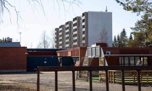 Lakon takia yli kolmessakymmenessä Oulun koulussa ei ole torstaina tarjolla lämmintä ruokaa. Kuvassa Rajakylän koulu.