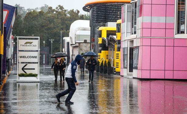 Rankkasade aiheuttaa hankaluuksia Monzassa.