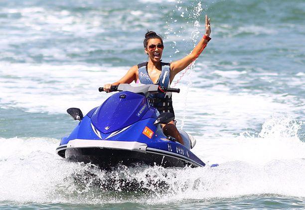 Välillä Kim hyppäsi vesiskootterin selkään.
