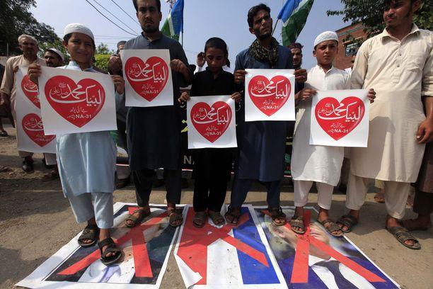 """""""Profeetta Muhammed, tässä me olemme"""", mielenosoittajien kylteissä luki urdun kielellä."""