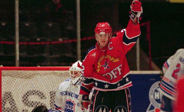 HIFK:n kapteeni Mika Kortelainen tuuletti maalia TuToa vastaan syksyllä 1995, jolloin SM-liigassa pelasi kaksi turkulaisseuraa.