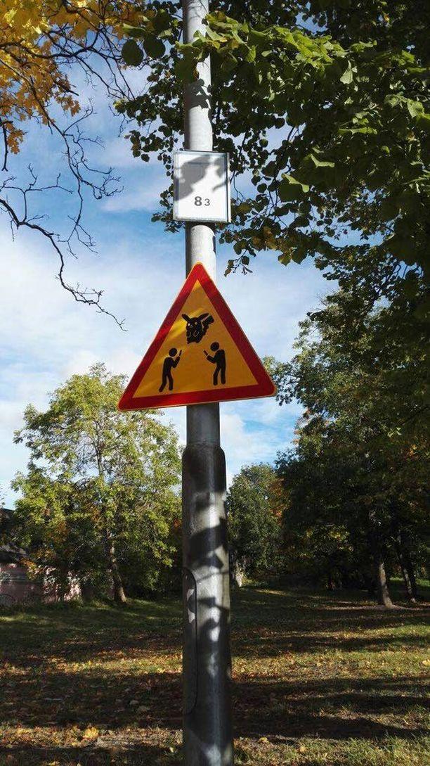 Pokemon-kouluttajista varoitettiin liikennemerkein.