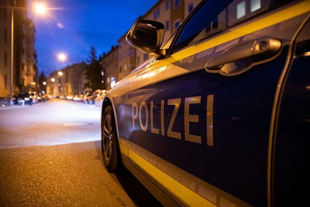 Poliisiauto oli aamuvarhaisella pysäköitynä St. Johannisin kaupunginosassa, jonka kaduilla puukotukset tehtiin.