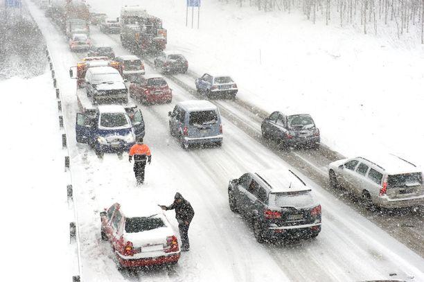Talvi voi yllättää autoilijat myös keväällä, etenkin jos alla on jo kesärenkaat. Arkistokuva Tampereelta huhtikuussa 2012.
