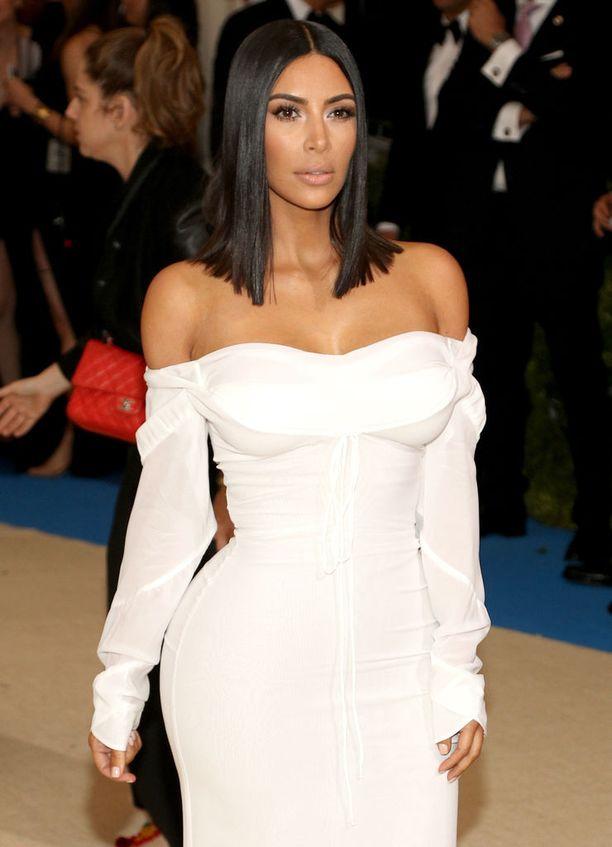 Kim Kardashian Westin somekäytös on ollut erikoista kolmannen lapsen syntymän jälkeen.