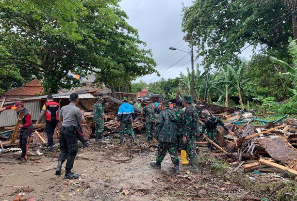 Tsunami aiheutti mittavia tuhoja kahdella Indonesian saarella.