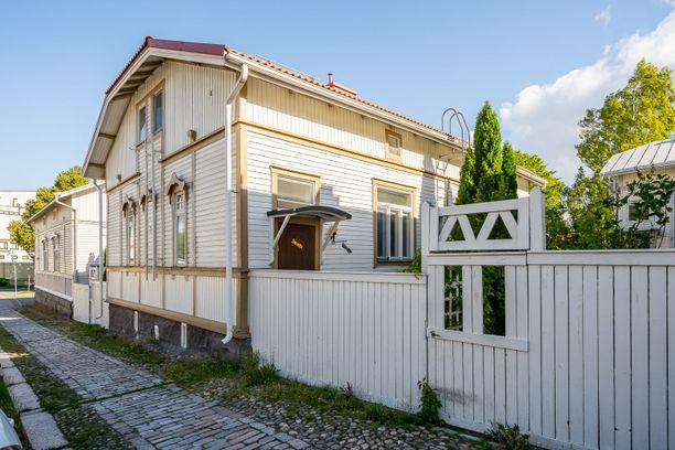 Romanttinen puutalo on rakennettu vuonna 1904.