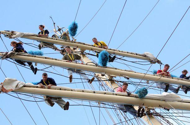 Osallistuvien alusten miehistöissä on paljon nuoria, jotka opiskelevat purjehdustaitoja.