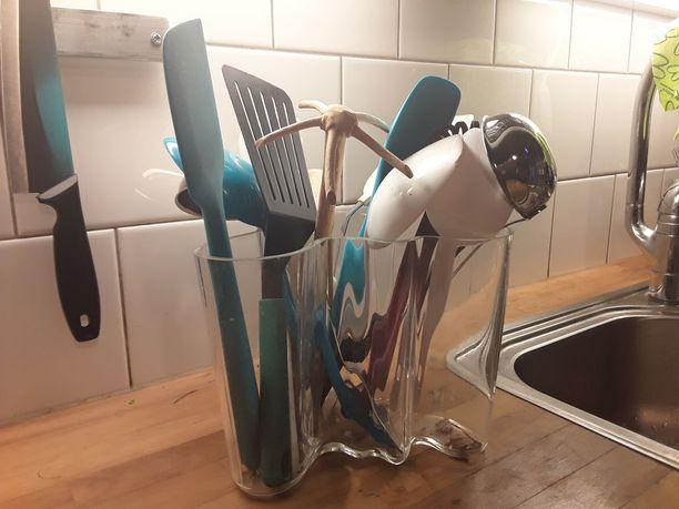 Keittiövälineet kätevästi pystysäilytyksessä kirkkaassa Aalto-maljakossa.