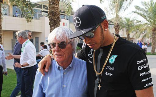 """Lewis Hamiltonilta täyslaidallinen entisen F1-mogulin puheille: """"Tietämättömiä ja sivistymättömiä kommentteja"""""""