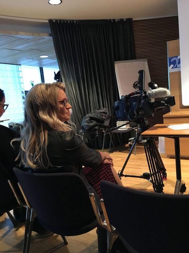 Päivi Räsäsen mukaan Benelux-maat (Hollanti, Belgia ja Luxemburg) ovat varoittavia esimerkkejä siitä, mihin eutanasian laillistaminen voi johtaa. Räsäsen mukaan kyseisissä maissa eutanasiaa on lähdetty toteuttamaan esimerkiksi vakavasta masennuksesta kärsivien potilaiden kohdalla.