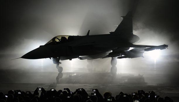 Vaikka Niinistö vitsailee Ruotsin kanssa maiden yhteisistä ilmavoimista ja Saab Gripeneistä (kuvassa), ei hän virallisesti halua ottaa mitään kantaa Hornetit korvaavaan konetyyppiin, tai edes maahan, josta koneet hankitaan, sillä puolustusministerin mukaan tavoitteena pitää olla paras mahdollinen sopimus.