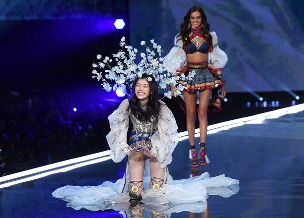 Mingin malliystävä Gizele Oliveira riensi apuun.