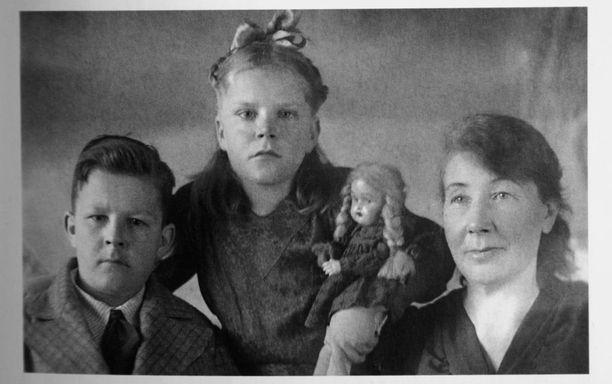 """Isä katosi jouluna 1937. Vasta 2000-luvun taitteeseen tultaessa selvisi hänen kohtalonsa. Yrjö Mäkelä teloitettiin 10.2.1938 ampumalla, luultavasti Karhumäen lähistöllä Sandarmohin kankaalla, jossa teloitettiin tuhansia muitakin """"kansanvihollisiksi"""" tuomittuja."""