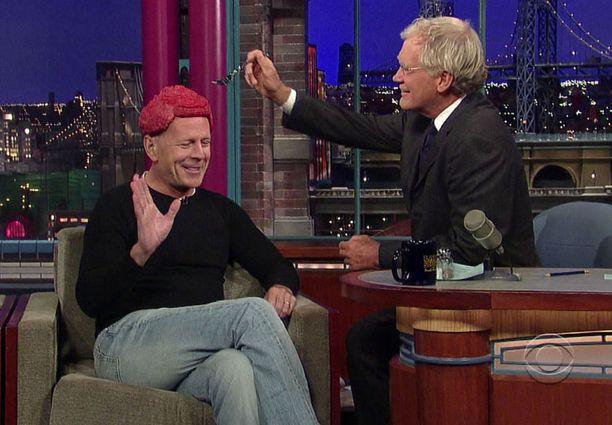 David Letterman lähti hullutteluun mukaan ja maistoi Willisin päässä olevaa lihakimpaletta.