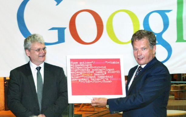 Palvelinkeskuspäällikkö Arni Jonsson luovutti presidentti Sauli Niinistölle Googlen lahjataulun elokuussa, kun Niinistö vieraili Googlen palvelinkeskuksessa Haminassa.