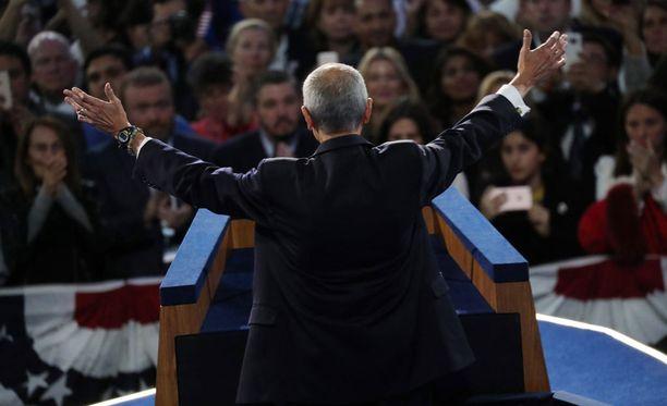 Clintonin kampanja ei vielä luovuta. Donald Trumpin voitto näyttää hyvin todennäköiseltä.