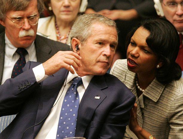 Muun muassa Condoleezza Rice (oik.) on yksityisesti puhunut John Boltonin (taustalla vasemmalla) palkkaamista vastaan. Vuonna 2005 otetussa kuvassa keskellä USA:n silloinen presidentti George W. Bush.