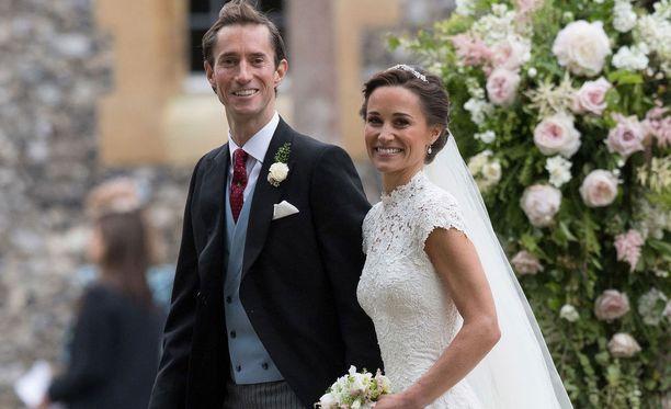 Pippa ja James hymyilivät kameroille rakastuneen oloisina.