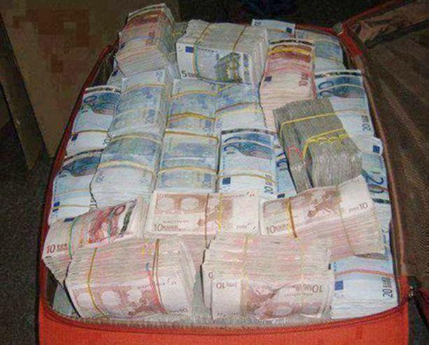 Tällainen rahatukku löytyi poliisin etsinnöissä.