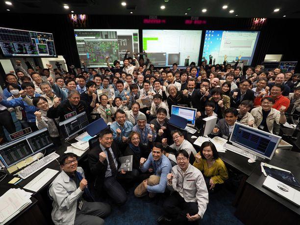 Jaxan työntekijät riemuitsivat perjantaina, kun varmistui, että luotain on laskeutunut onnistuneesti asteroidille.