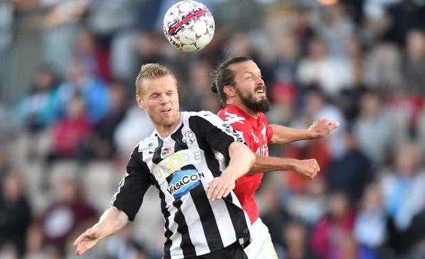 VPS:n Juho Mäkelä taistelee pallosta HIFK:n Jukka Halmeen kanssa.