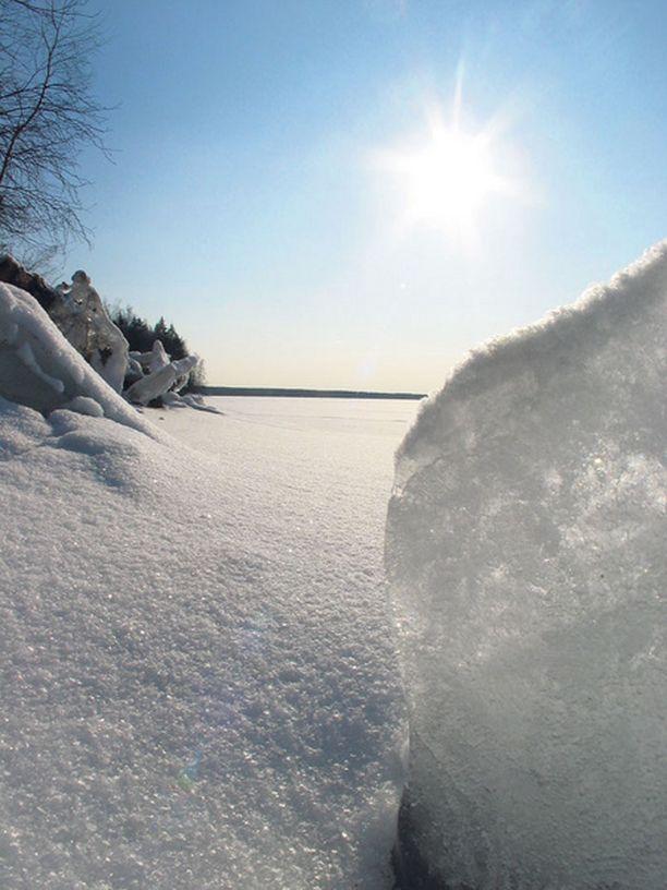 Ihon lisäksi myös silmät ovat herkät UV-säitelylle. Liiallinen lyhytaikainen altistus aiheuttaa akuutin tulehdustilan, jota kutsutaan lumisokeudeksi.