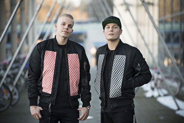 Cheek jätti Elastisen Rähinä Recordsin neljän albumin jälkeen. Kaksi viimeisintä niistä möivät kultaa.