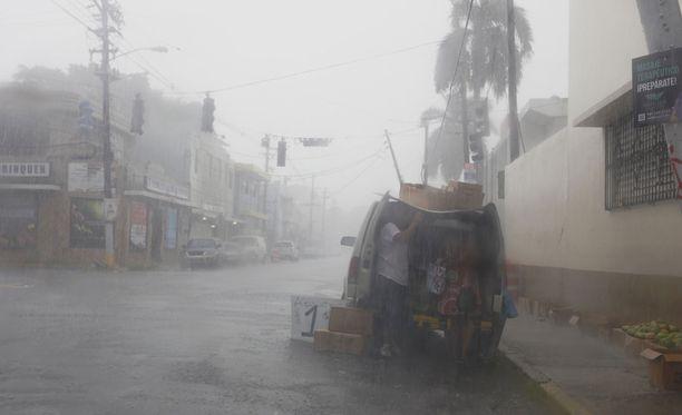 Ihmiset valmistautuivat hirviöhurrikaanin tuloon Puerto Ricon San Juanissa keskiviikkona.