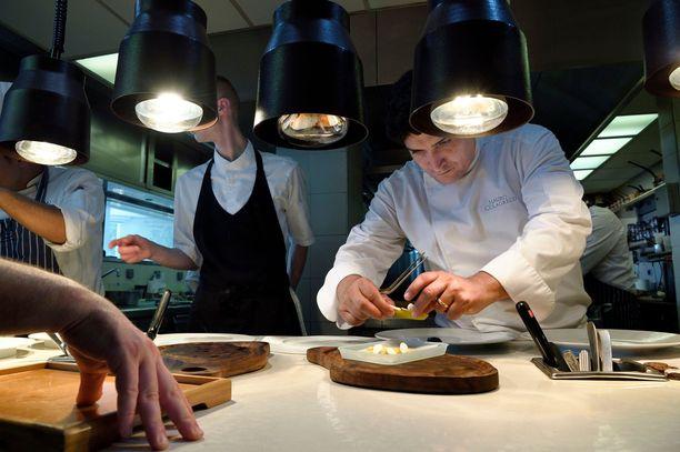 Chef Mauro Colagreco työskentelemässä keittiössään ravintola Mirazurissa.