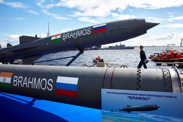Venäjä harjoittaa kiinteää puolustusyhteistyötä Euroopan ulkopuolella. Tästä osoituksena on Intian kanssa yhdessä kehitetty Brahmos –meritorjuntohjus.