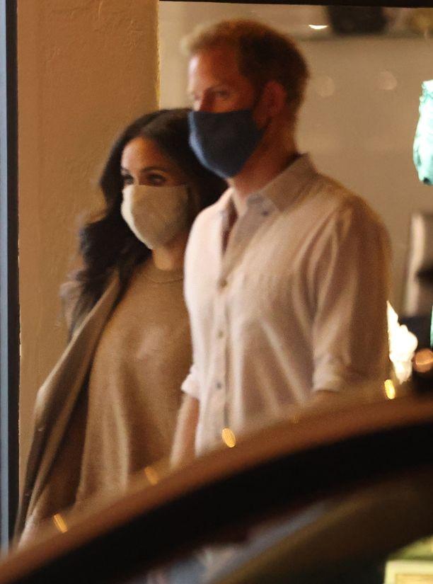 Meghan ja Harry pitivät kuuliaisina maskia.
