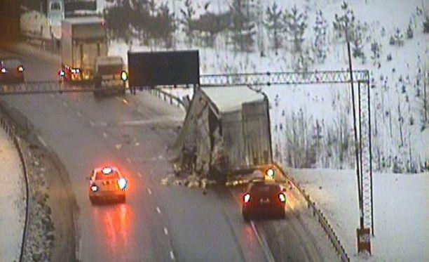 Moottoritiellä Lohjan kohdalla keskiviikkona tapahtunut onnettomuus näkyi kelikamerassa.