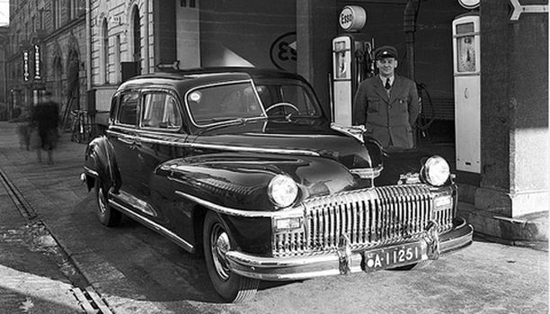 2. Tuntematon auto ja kuljettaja Esson huoltoasemalla.