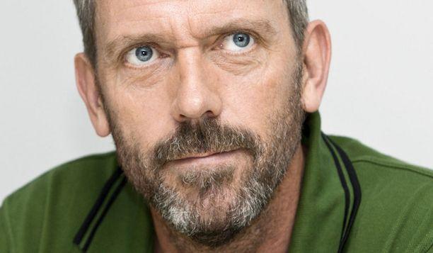 Hugh Laurie kuvaa mustalla huumorilla väritettyä hittisarjaa Hollywoodissa. Tohtori House puhuu sarjassa amerikanenglantia, Hughilla on puolestaan brittikorostus.