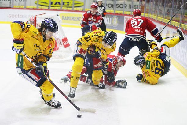 HIFK ja Lukko taistelivat tiukasti Helsingin jäähallissa. Tässä kiekon vie Lukon Manuel Ganahl.