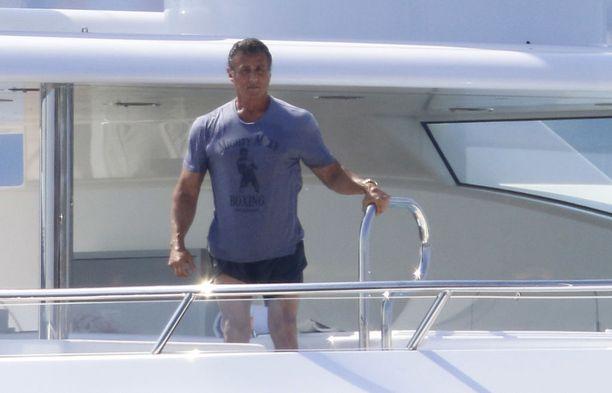 Sylvester Stallonen lomatyyliin kuuluu t-paita ja sortsit.