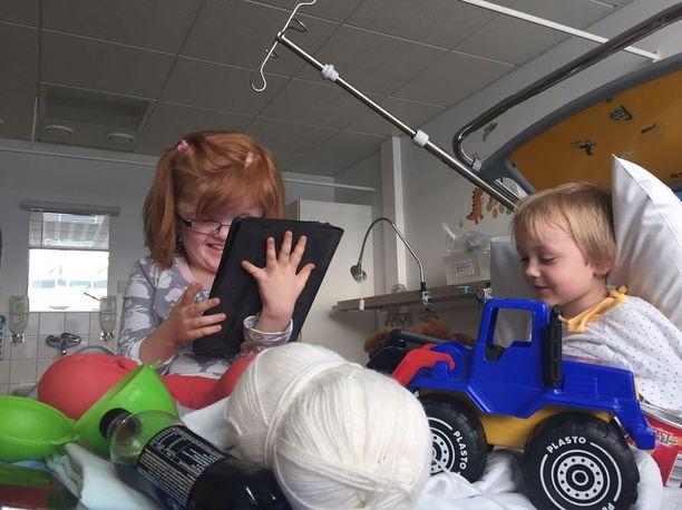 Viimeksi Mio oli sairaalassa perjantaina. Mukana oli myös hänen ystävänsä Anni.